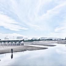 Kontras pabrik berdampingan dengan rumah dan garis pantai