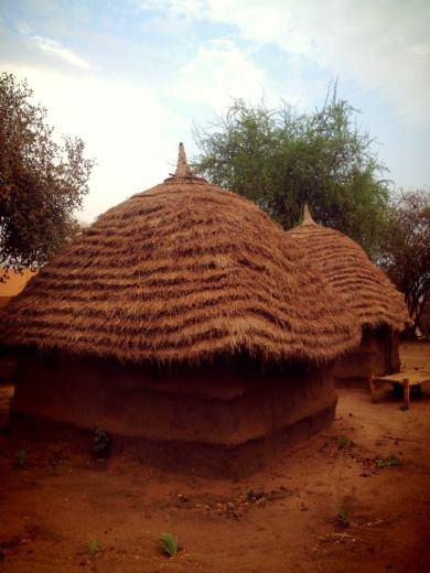 Tukul; rumah berdinding lumpur dan beratap rumbia yang menjadi tempat tinggal saya di Sudan Selatan