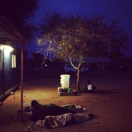 Keluarga pasien tidur di depan klinik kami di Kamp Pengungsian Doro